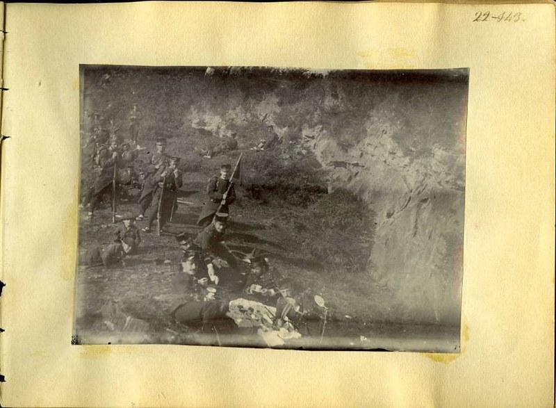 Soldados de maniobras en el campo cerca de Toledo. Álbum con fotografías de Toledo hacia 1890. Fototeca del Museo del Ejército, signatura MUE 120476