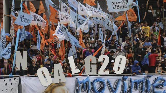 """Em um protesto na Argentina, integrantes de movimentos populares se manifestam contra a Cúpula: """"não ao G20"""". - Créditos: Noticias Argentinas"""