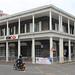 Port-Louis : une banque dans un bâtiment colonial