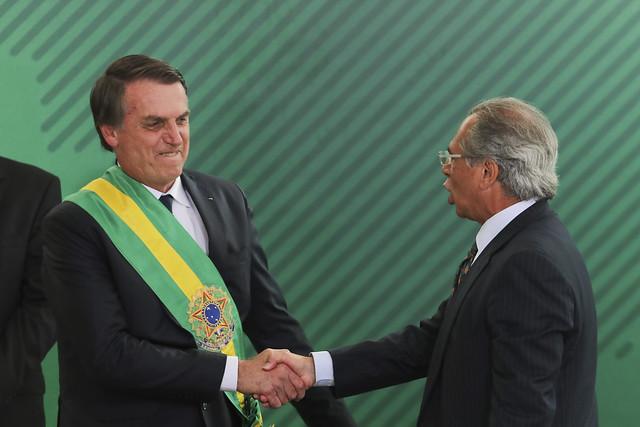 Presidente eleito, Jair Bolsonaro (esq.) cumprimenta o ministro Paulo Guedes (dir.) no dia da posse - Créditos: Sérgio Lima / AFP