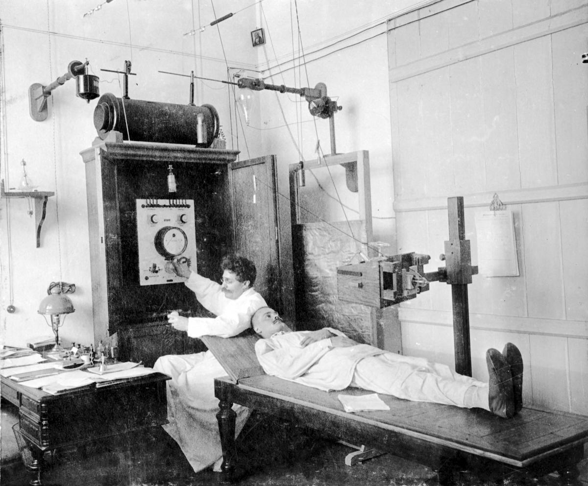 В рентгеновском кабинете хирургического госпиталя.