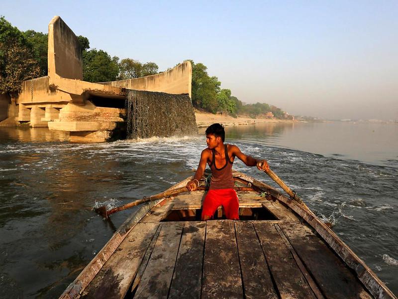 कानपुर में गंगा नदी में गिरता नाले का पानी