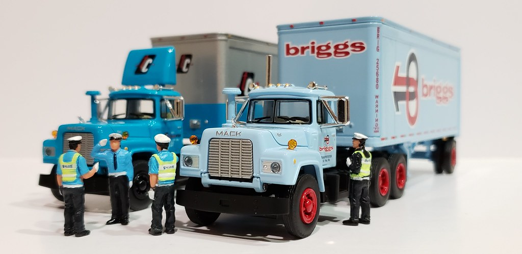 60-0412 First Gear 1//64 Scale Diecast Collectible Navajo Freight Lines Peterbilt Model 351 Sleeper with 40 Vintage Trailer