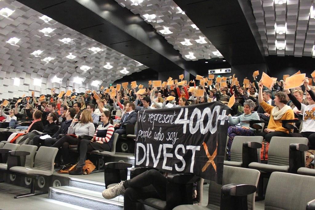 澳洲墨爾本大學學生參與學校會議,集體提出撤資要求。圖片來源:Fossil Free MU