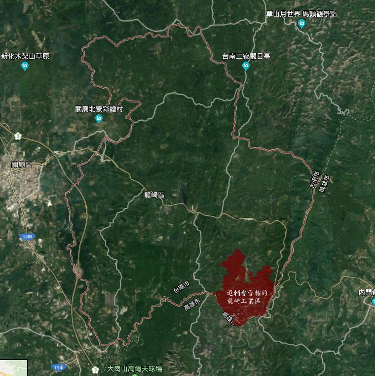 萬綠叢中一點紅。圖中紅線範圍內為台南市龍崎區,區中紅色部份是為了退輔會的龍崎工廠而撥用為工業區的土地;旁邊土地均劃設為森林區或山坡地保育區。
