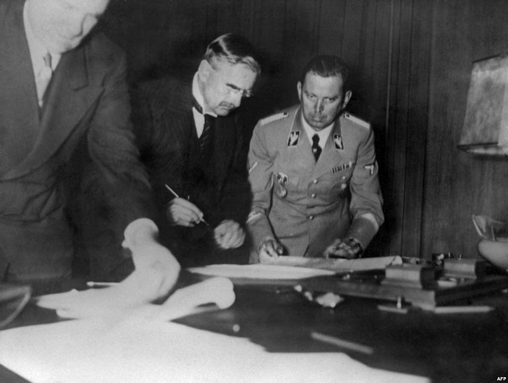 Chamberlain brit miniszterelnök aláírja a Müncheni Egyezményt.