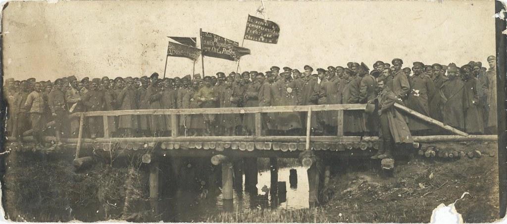 Сапёрный полк, самовольно снявшийся с фронта, следует с революционными знамёнами на митинг в Барановичи. Июль