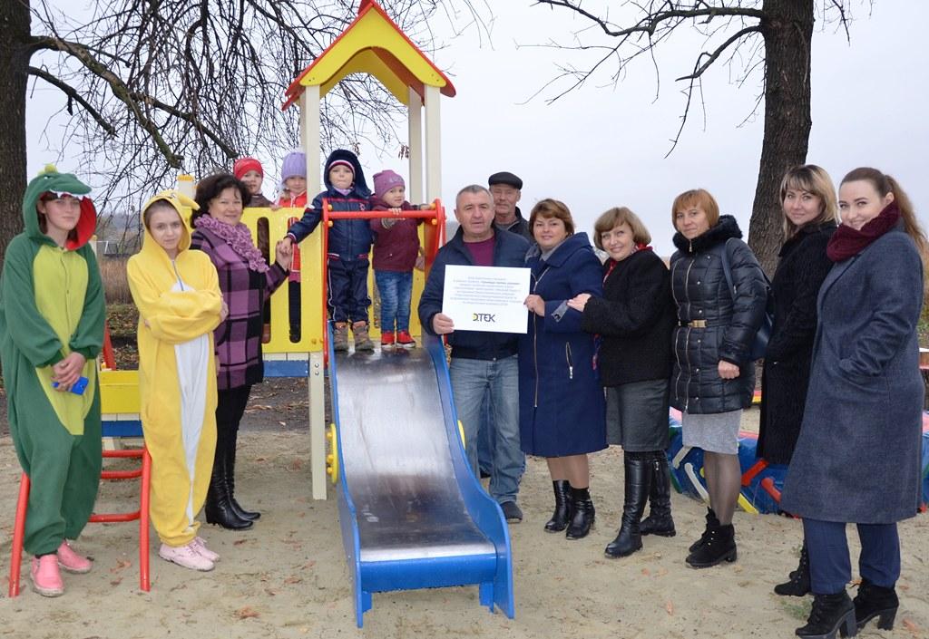 Детская площадка в зоне отдыха на берегу реки в Малониколаевке