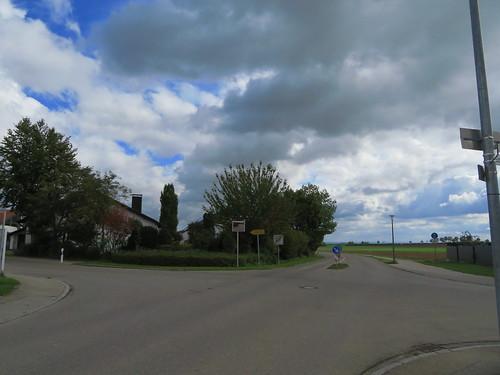 20171006 09 418 ostbay Wolken WegKreuzung Haus Herbst Bäume