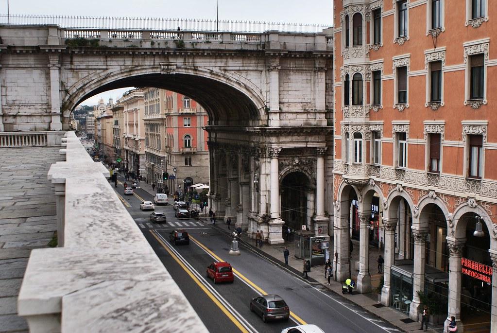 Ponte monumentale au dessus de la Via XX Settembre à Gènes.