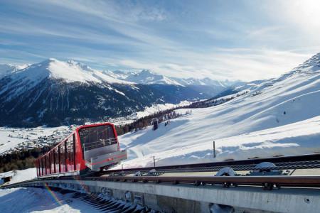 Okolí turistických letovisek Davos aKlosters na východě Švýcarska, vzdálených například zPrahy jen 6 hodin jízdy autem, je jako stvořeno kaktivní dovolené, ato jak vzimě, tak vlétě. Všesti lyžařských areálech, ...