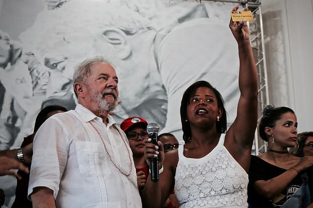 Estudante Iva Mayara devolve a Lula seu cartão do Bolsa Família; programa tornou-se referência mundial no combate à fome e à pobreza - Créditos: Julia Dolce