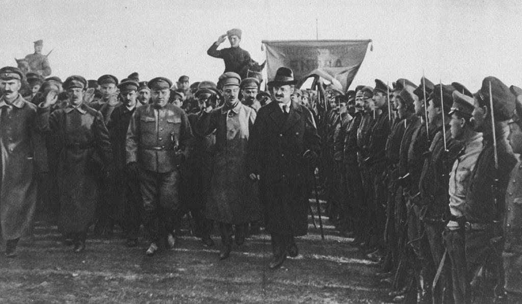 1918. Л.Троцкий  обходит красноармейцев на западной границе