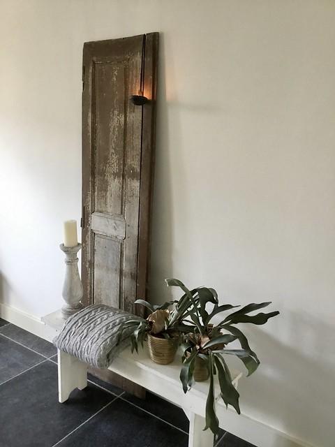 Wit bankje van hout plaid houten deur