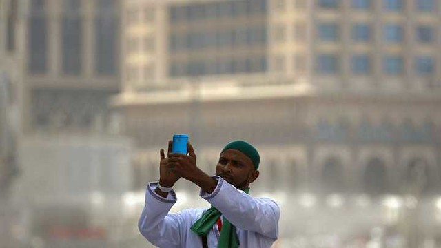 1739 Is taking selfies while performing Umrah a reasonable act 03
