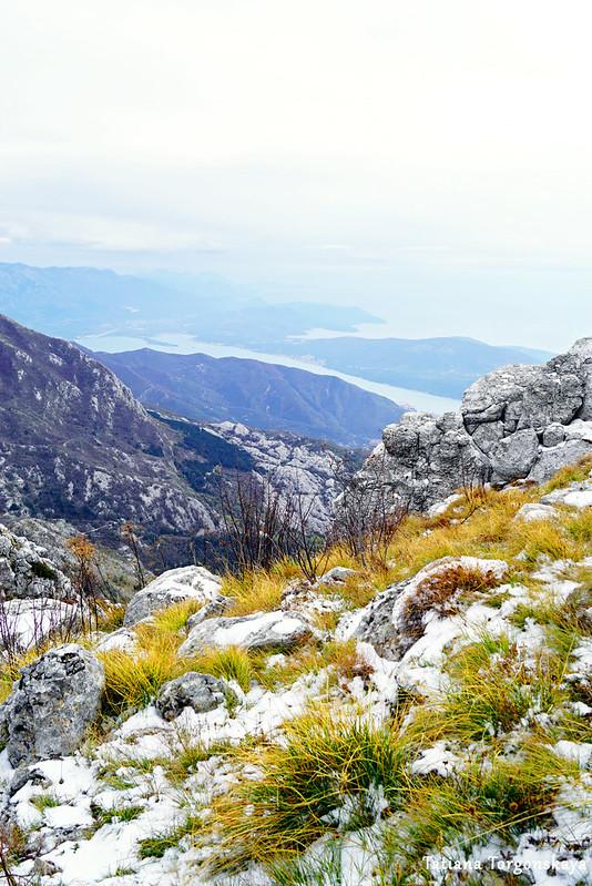 Горные склоны и Бока Которская на заднем плане