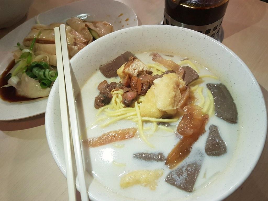 传统白咖喱麵 Traditional White Curry Mee rm$5.50, 白斩鸡 Quarter Deboned Steamed Chicken rm$12.50 & 有机豆奶 Organic Soya Bean rm$3 @ Hot Bowl Nyonya Delight at Jalan Rangoon, George Town, Pulau Pinang (08:30am - 03:00pm)