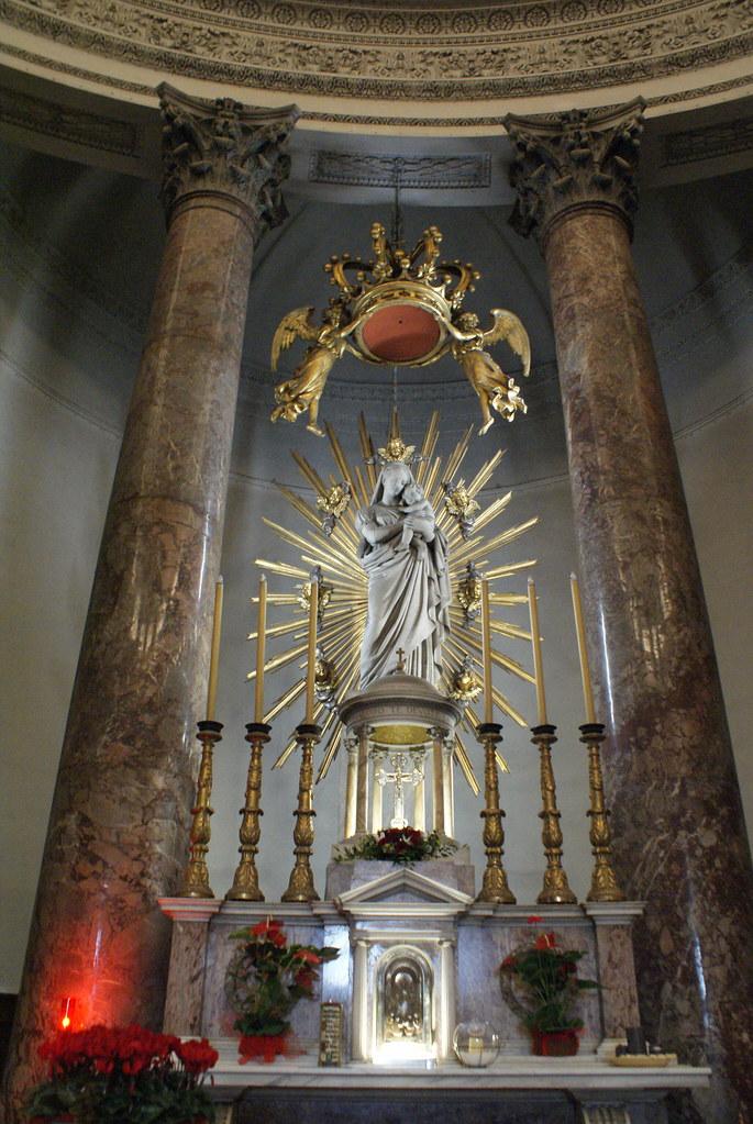Maître-hôtel d'Andrea Galassi de l'église Gran Madre di Dio à Turin.