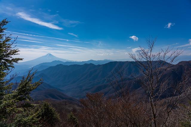小金沢連嶺南部と御坂山塊の先に富士山