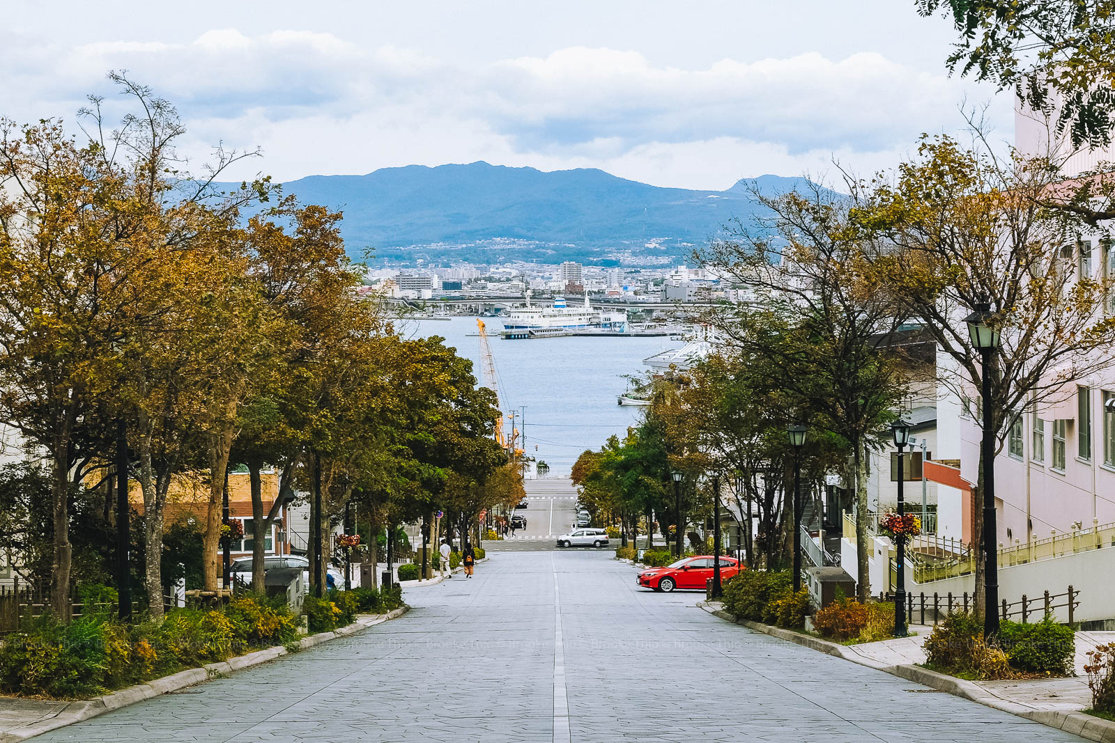 Hachimanzaka, viewed from Motomachi neighborhood