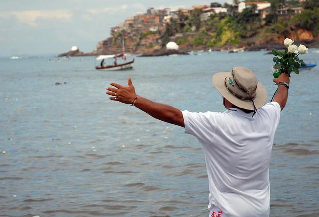 O uso de trajes brancos e rosas brancas para Iemanjá são tradições bastante tradicionais no Ano Novo - Créditos: Agência Brasil / EBC
