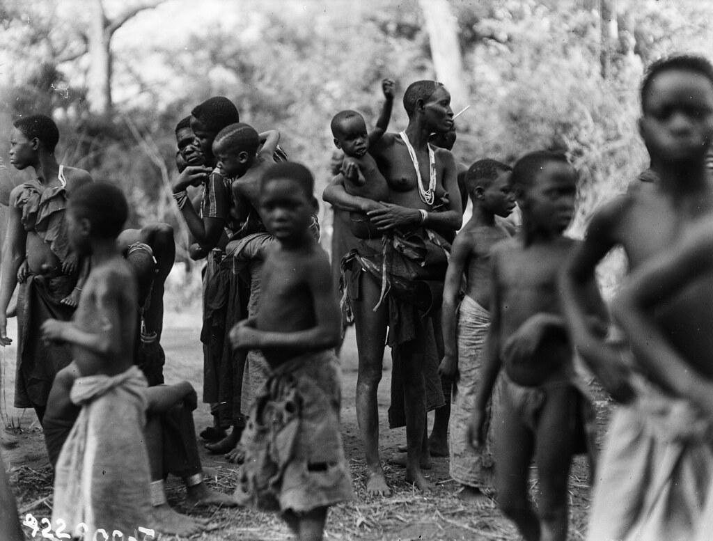 Чама. Группа людей народности вазенга с детьми