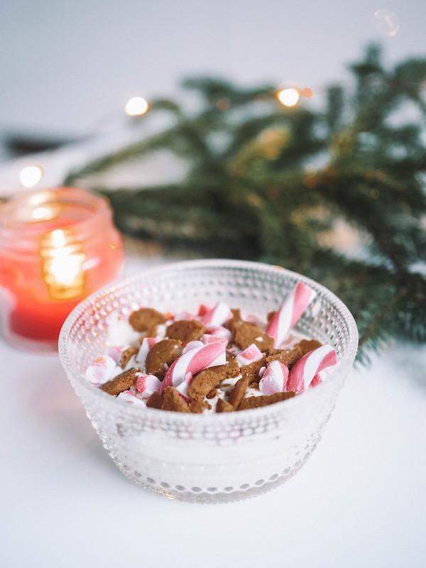 PC184838, joulu, christmas, jälkiruoka, dessert, jouluinen jälkiruoka, christmassy dessert, resepti, recipe, ohje, valkosuklaa proteiinivanukas, joulupipari, pudding, christmas cookies, piparminttu tangot, candy canes, food, ruoka,