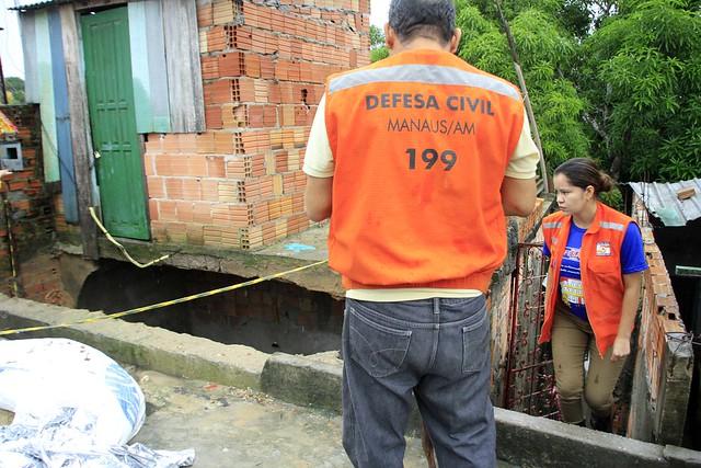 10.01.19 - Defesa Civil atende ocorrências durante forte chuva em Manaus