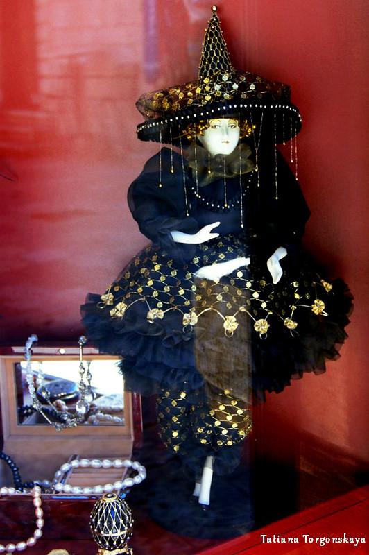 Кукла в витрине которского сувенирного магазина