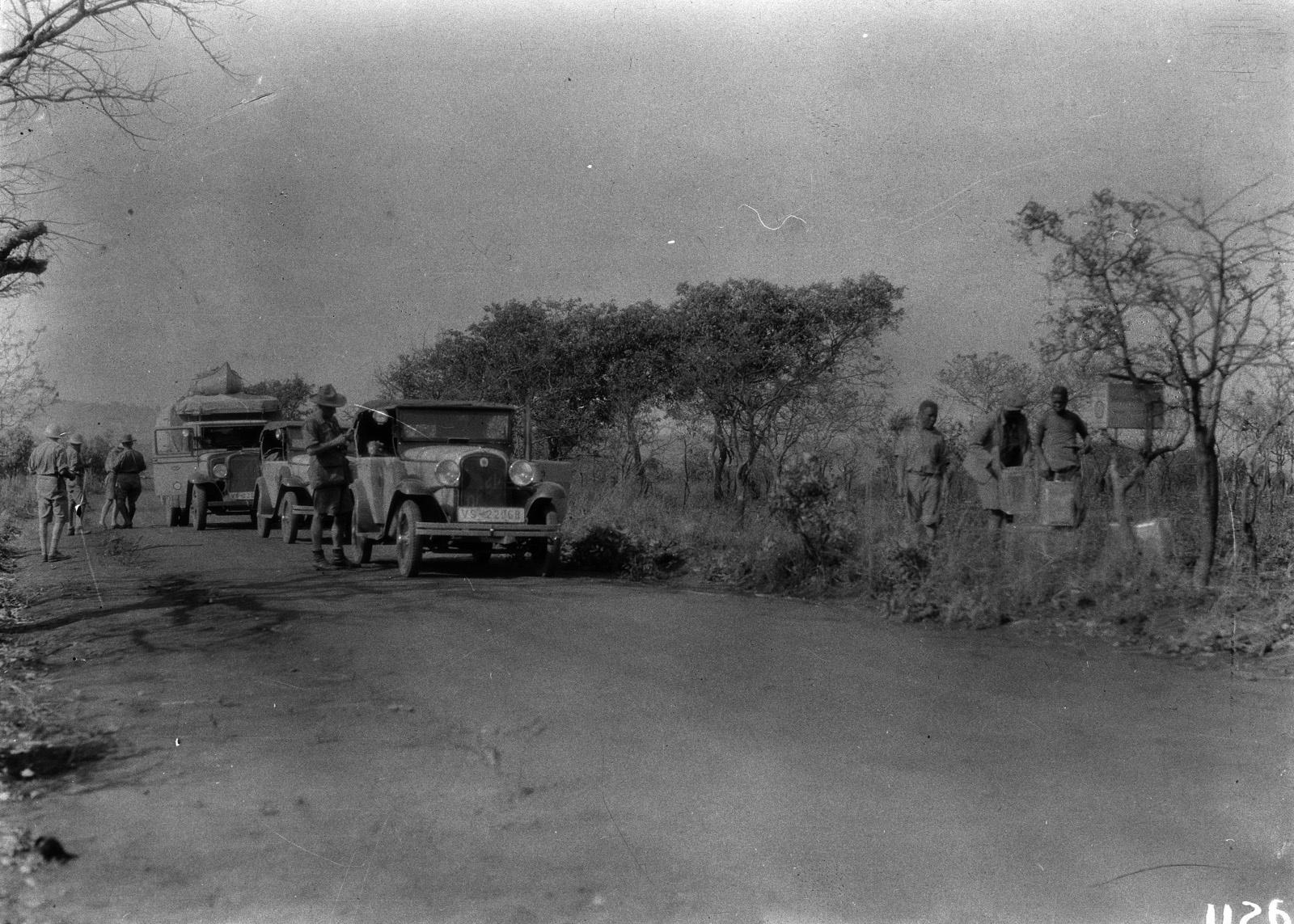 1125. Лундази. Экспедиционный грузовик на проселочной дороге