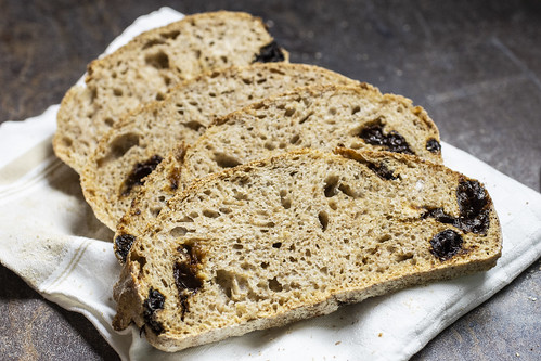 Pane integrale senza impasto con prugne secche