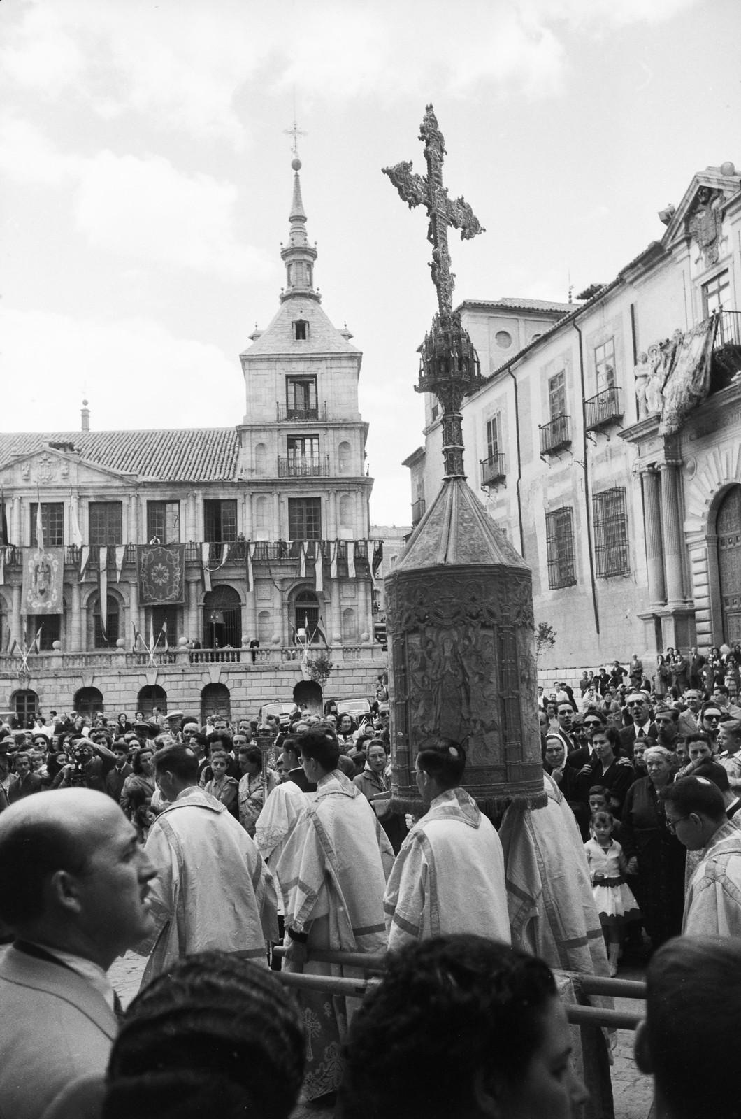 Cruz de Cisneros en la Procesión del Corpus Christi de Toledo en 1955 © ETH-Bibliothek Zurich