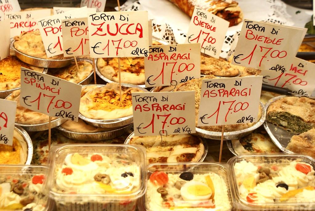 Rayon traiteur du marché alimentaire avec des tartes salées et des quiches ou ouiches si vous préférez.