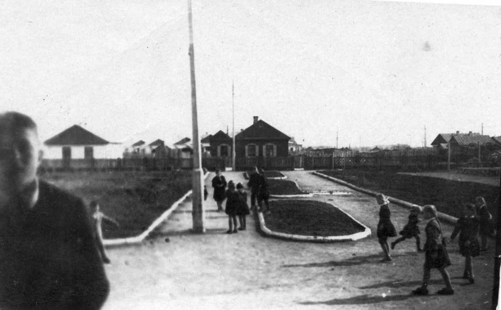 Во дворе челябинской школы. Около 1960 г.