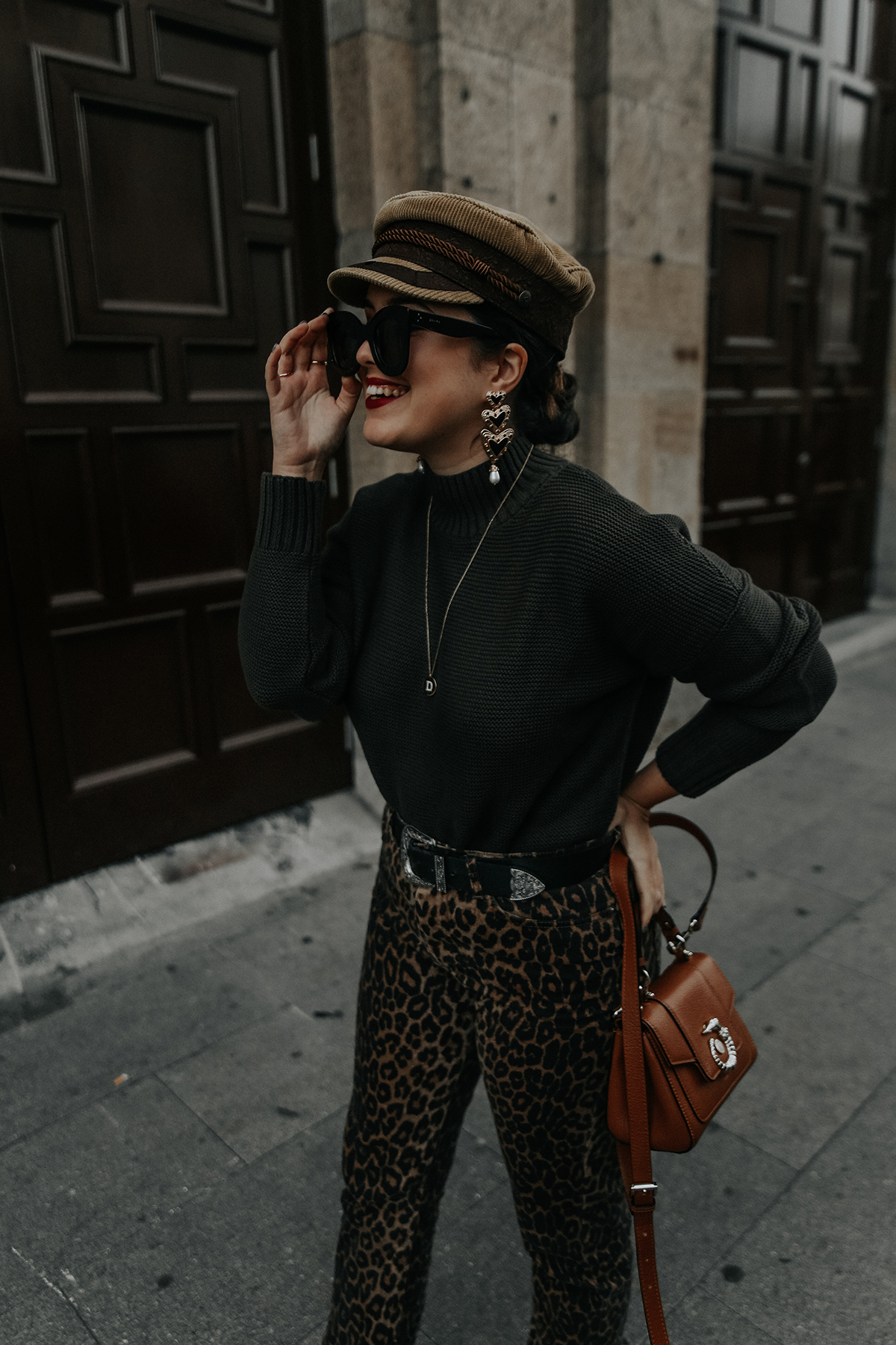 pantalones-leopardo-look-botines-ysl-streetstyle5