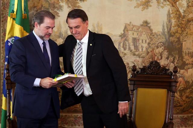 Dias Toffoli (esq.) é cumprimentado pelo presidente eleito Jair Bolsonaro (dir.) - Créditos: Agência Brasil