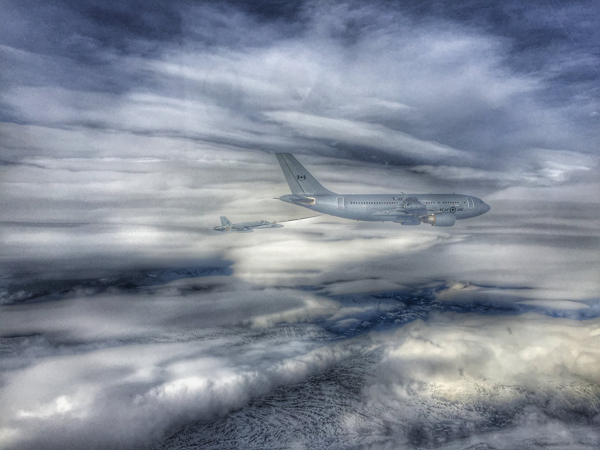 Reabastecimiento en vuelo desde un Hércules canadiense