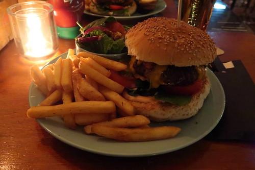 Originele BieB hamburger van 100% biologisch rundvlees (= Abendessen im Café De BieB)