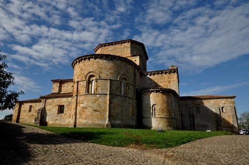 Castañeda (Cantabria). Iglesia colegiata de Santa Cruz. Vista noreste