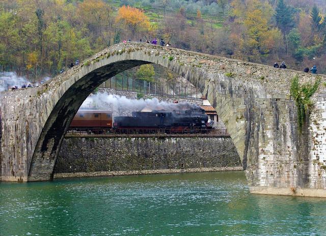 Il treno a vapore al ponte del diavolo