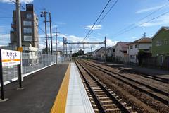 かつては武豊駅より先の港まで線路が延びていた。線路跡は一部道路に転用され、この先の旧武豊港駅跡には転車台などが保存されている