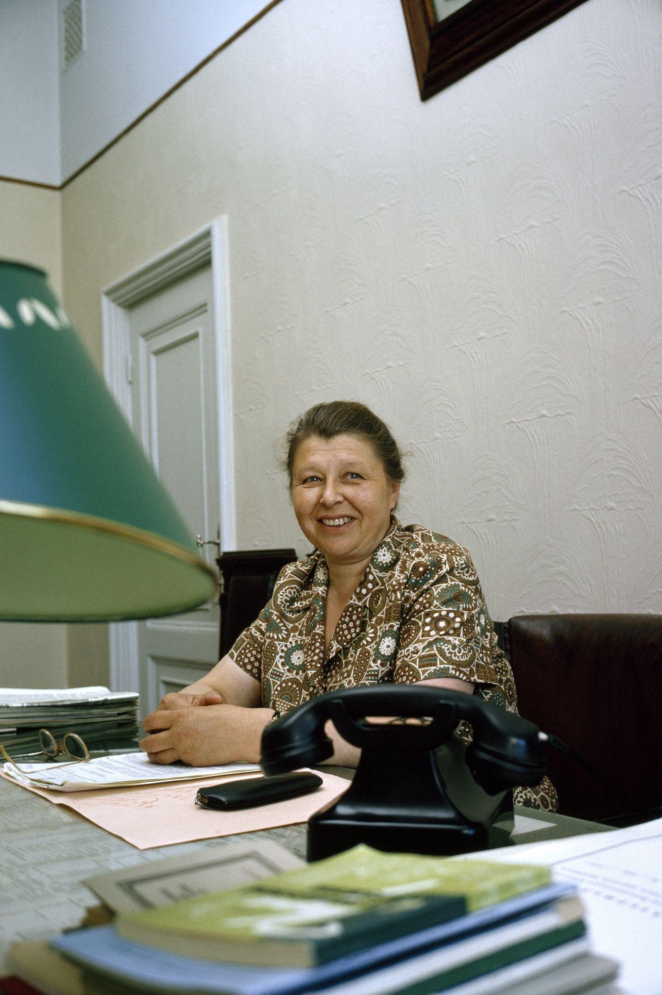 1964. Заместитель мэра Москвы позирует за столом