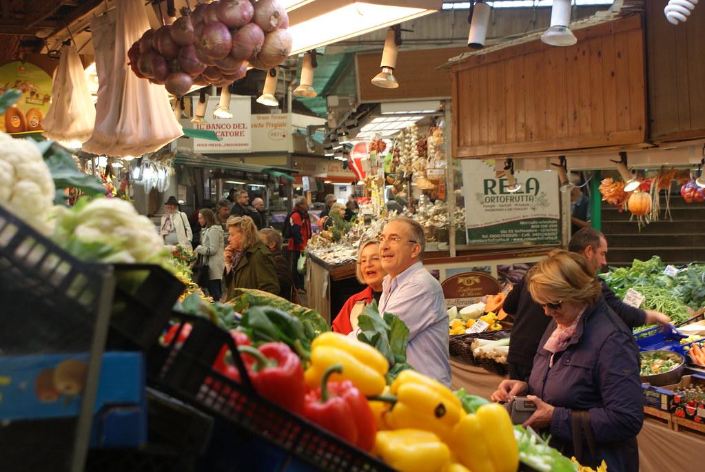 Etals de fruits et de légumes au Mercato Orientale de Gènes.