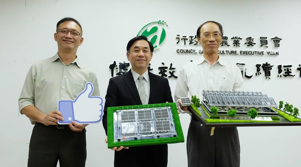 農委會水試所發表魚塭種電的試驗結果。左起助理研究員王俊堯、所長陳君如、海水繁殖研究中心主任葉信利。攝影:陳文姿。