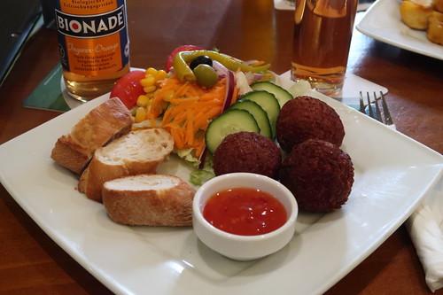 """Drei Käse-Bällchen"" mit Baguette und gemischtem Salat (im Kneipen-Cafe-Restaurant Balou in Osnabrück)"