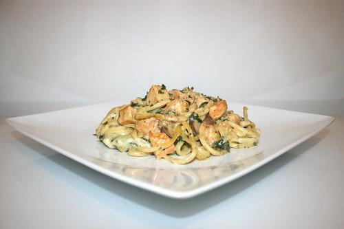 63 - Creamy Sriracha Chicken Alfredo Pasta Casserole with spinach & mushrooms - Side view / Cremiger Alfredo Nudelauflauf mit Sriracha-Hähnchen, Spinat & Pilzen - Seitenansicht