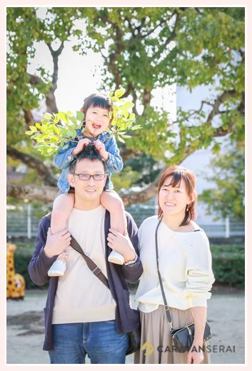 公園で家族写真のロケーションフォト パパに肩車される女の子