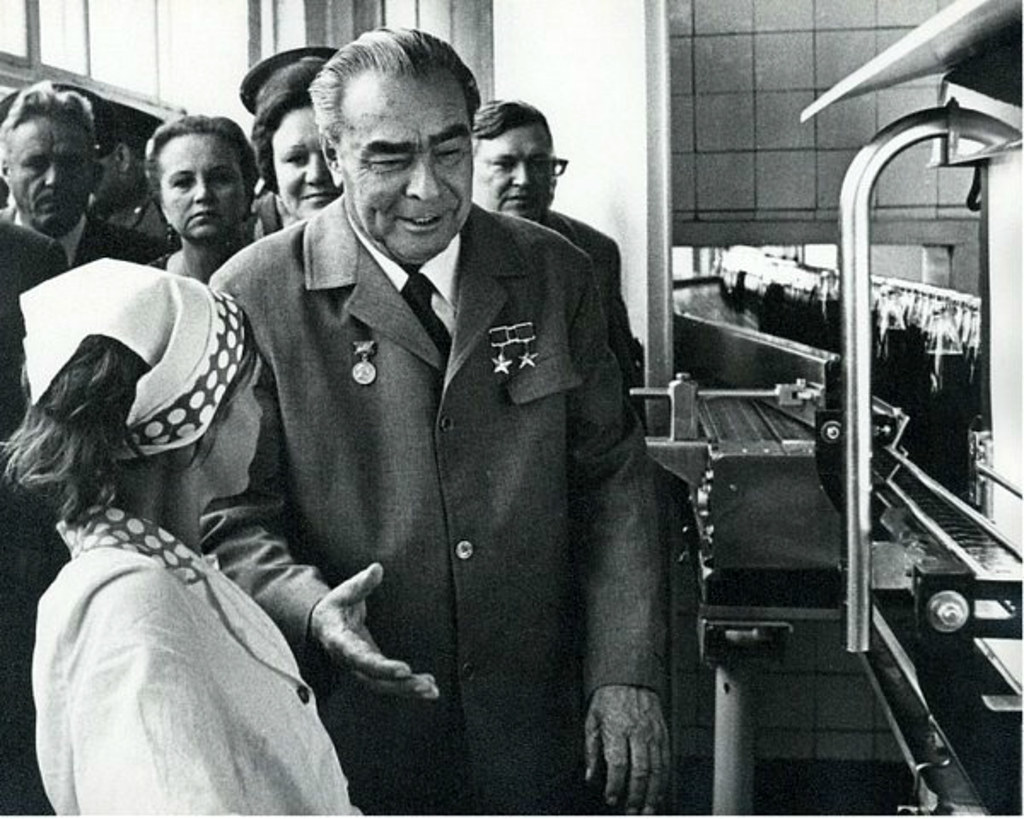 1974. Леонид Брежнев на Новороссийском заводе по производству «Пепси-колы»