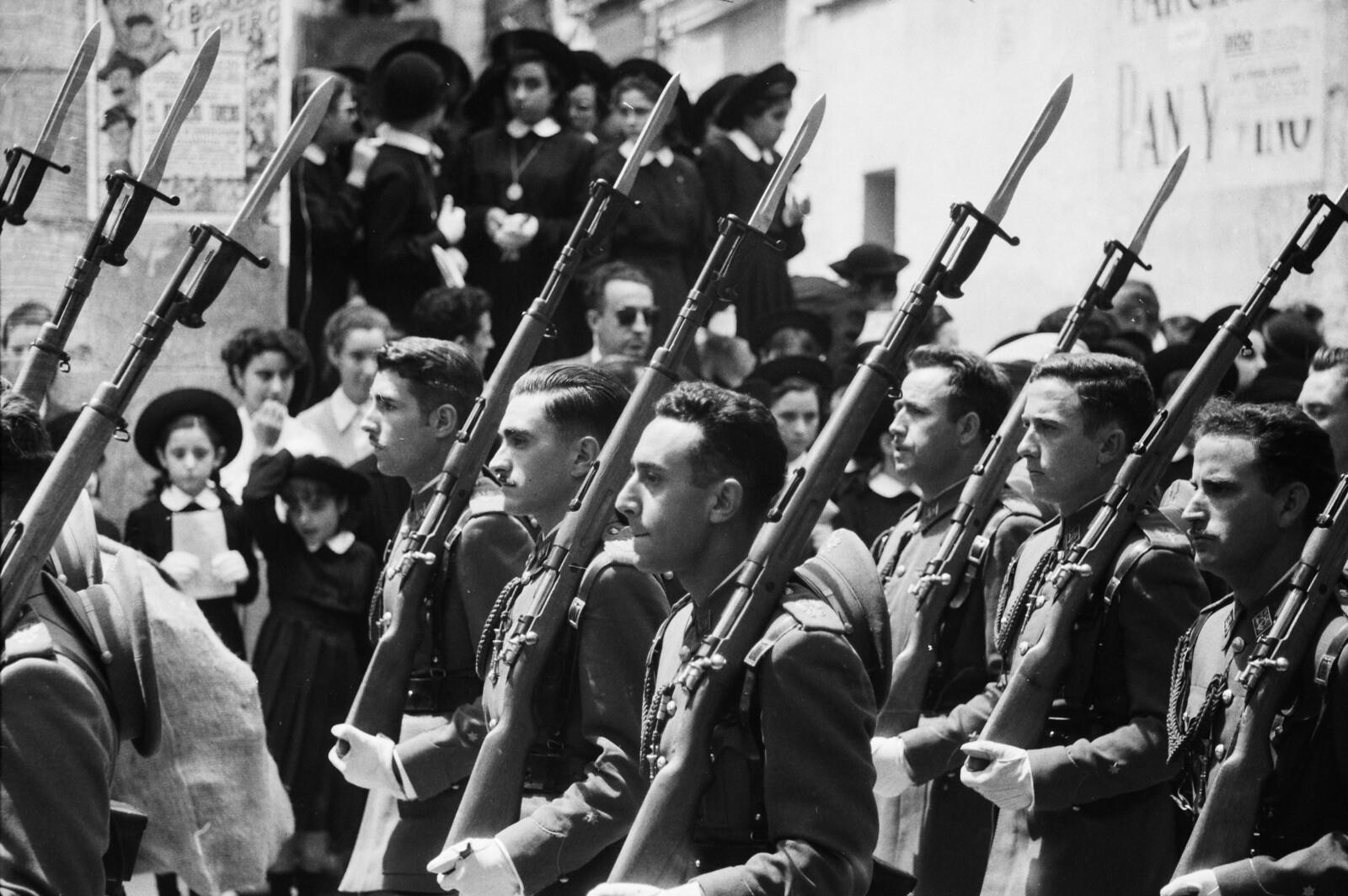 Soldados desfilan en la procesión del Corpus Christi en Toledo en 1955 © ETH-Bibliothek Zurich