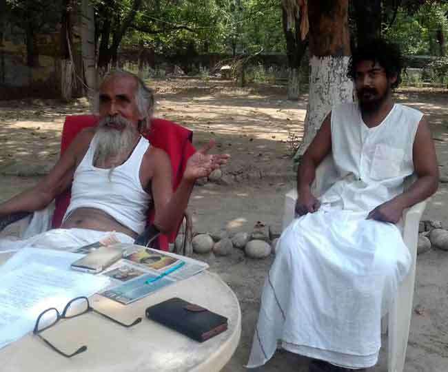 स्वामी आत्मबोधानंद अपने गुरू शिवानंद जी के साथ (फोटो साभार: दैनिक जागरण)